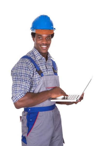 maennliche handwerker holding laptop