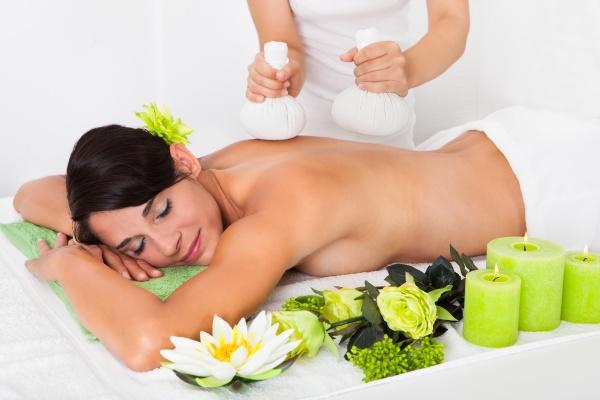 junge frau die kraeuter ball massage