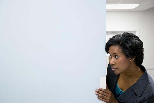 bueroangestellte im korridor