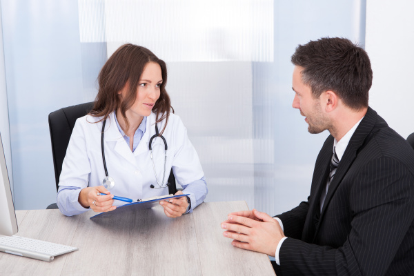 weiblicher doktor der geschaeftsmann
