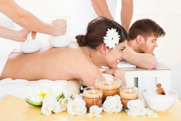 frau empfangen massage mit kraeuters briefmarken