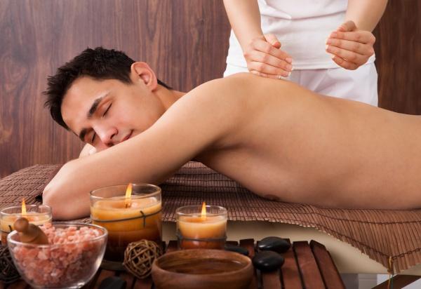 relaxed mann empfangen schultermassage in spa