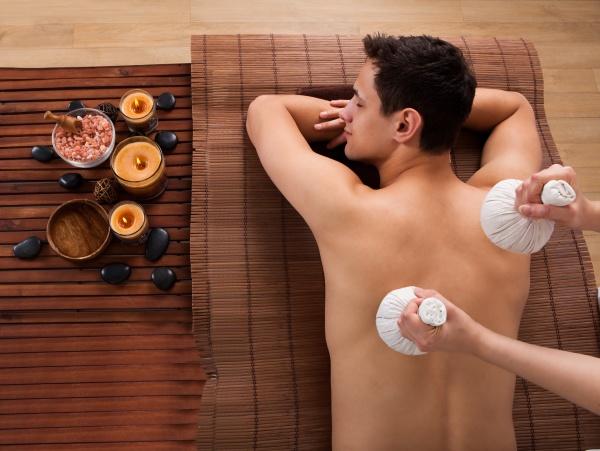 junge menschen erhalten massage mit briefmarken