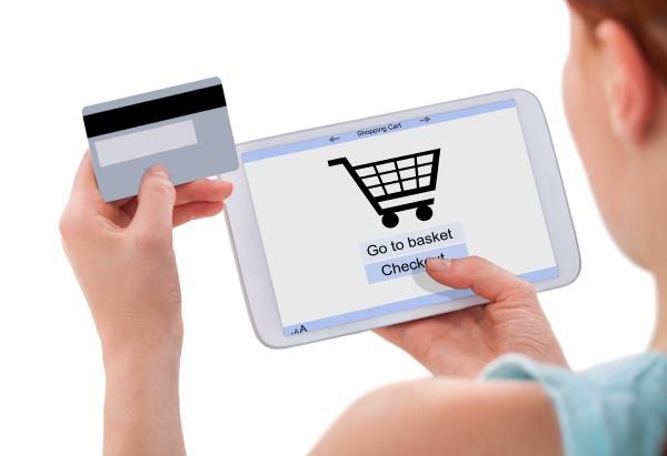frau die online mit digitalen tablette