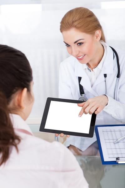 doktor tablet pc angezeigt zu patient