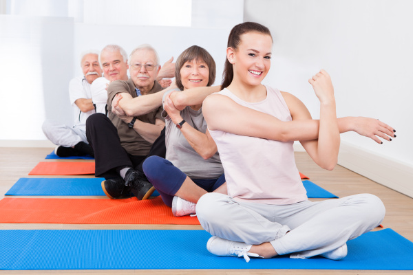 trainer und aeltere kunden die trainieren
