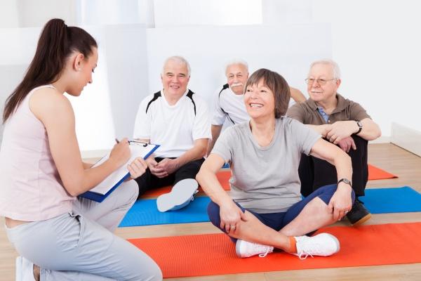 trainer nimmt notizen von senioren kunden