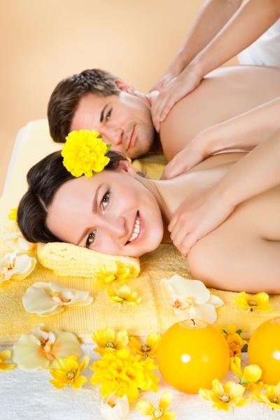 paar erhaelt schultermassage im spa