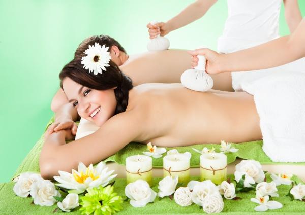 paar empfaengt massage mit kraeuter kompresse