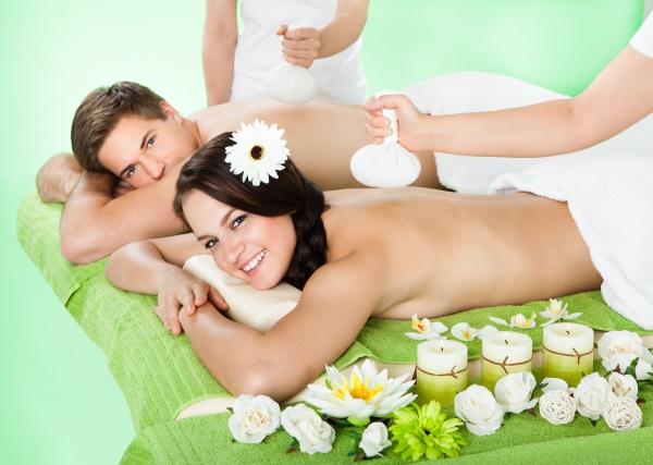 paar empfangen massage mit kraeuters balls