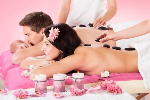 paarpraegende massage mit kraeuterkompresse stempeln in