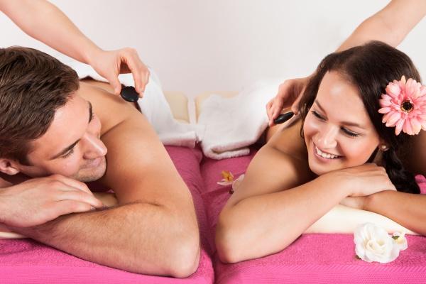 paar geniessen hot stone massage bei
