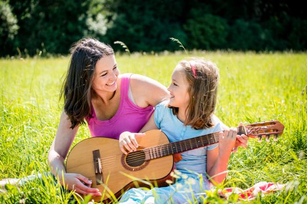 mutter lehre tochter gitarre zu spielen