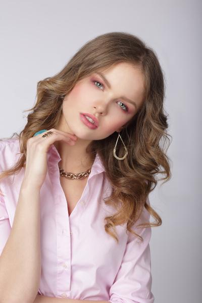 sinnlichkeit stilvolle dame in rosa bluse