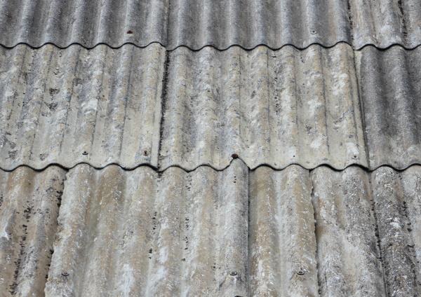 altes getragenes asbestdach auf kleinem obdach