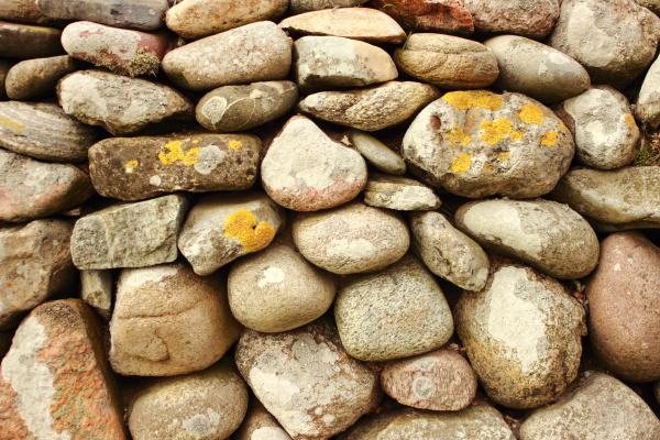 feste steinmauer mit runden steinen und