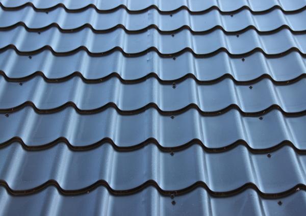 gebogenes schwarzes metalldach mit wellendesign