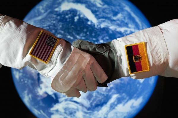 freundschaft hand haende handschlag haendedruck farbe