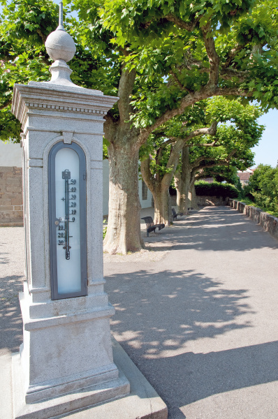 wetterstations saeule mit thermometer im park