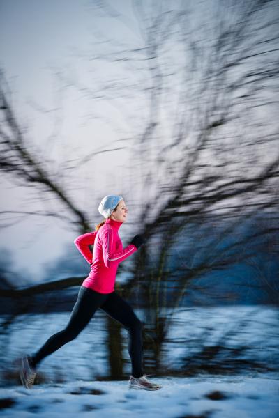 winter running junge frau