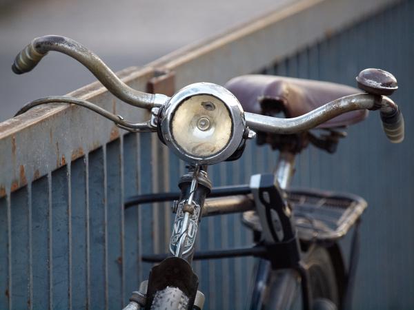 altes fahrrad mit grossem scheinwerfer