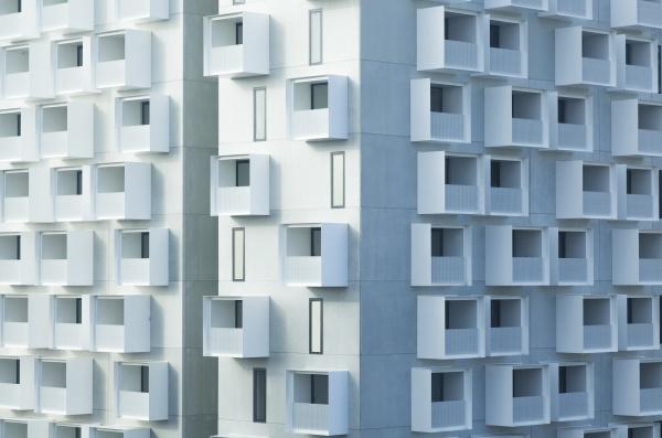 modernes mehrfamilienhaus mit balkon
