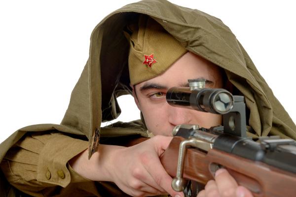 sowjetischer scharfschuetze mit seinem gewehr