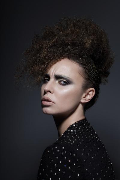 individualitaet glamorous brunette mit dem lockigen