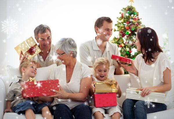 glueckliche familie bei der eroeffnung weihnachtsgeschenke