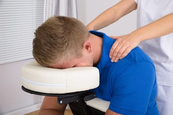 man receiving schultermassage