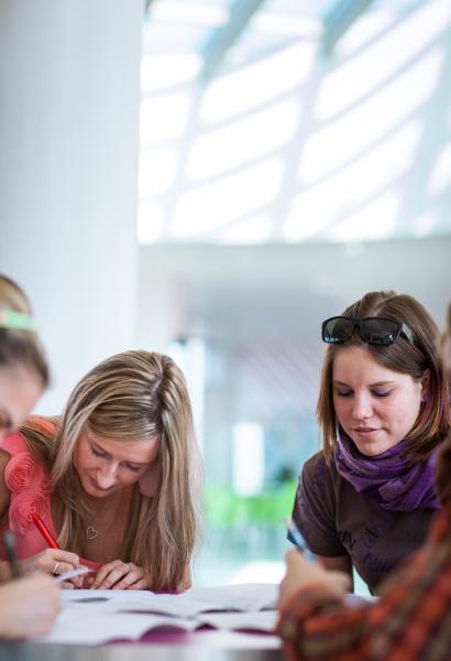 gruppe von kollegiumstudenten waehrend einer bremse