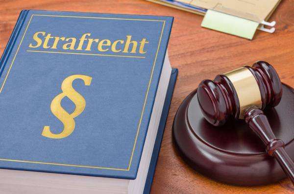 gesetzbuch mit richterhammer strafrecht