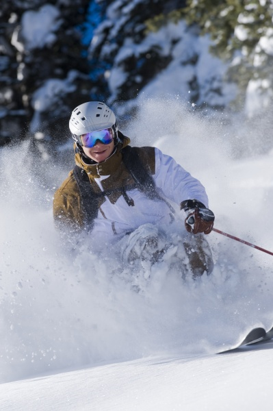 man skifahren in aspen colorado