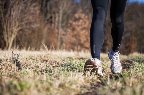 jogging im freien auf einer wiese