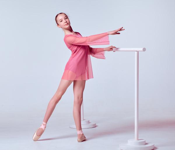 junge ballerina taenzerin zeigt ihre techniken