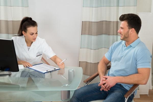 doktor beraten maennlichen patienten
