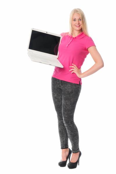 blonde frau mit laptop haelt eine