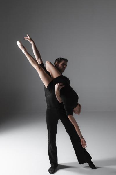 zwei junge modernen ballett taenzer auf