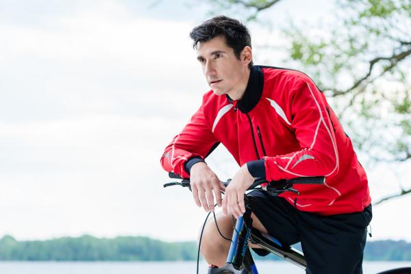 mann auf mountainbike fahrrad rastet