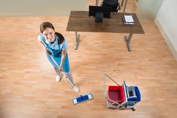 janitor mopping stockwerk buero