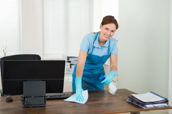 worker reinigung schreibtisch mit lappen