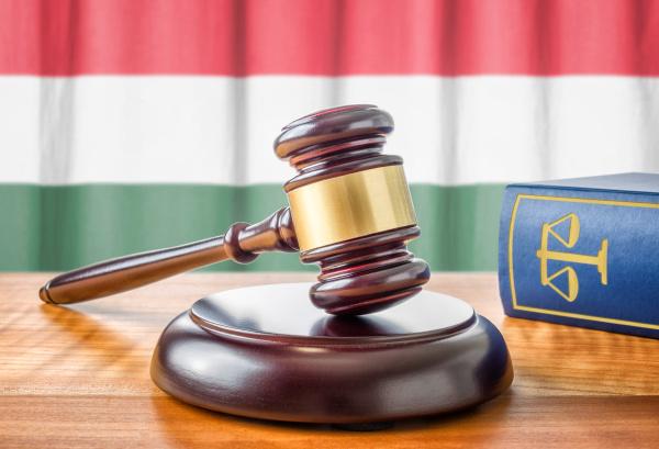 richterhammer und gesetzbuch ungarn