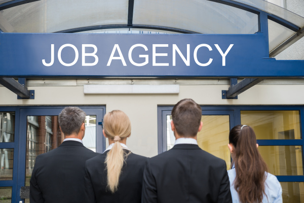 geschaeftsleute stehend ausserhalb job agentur