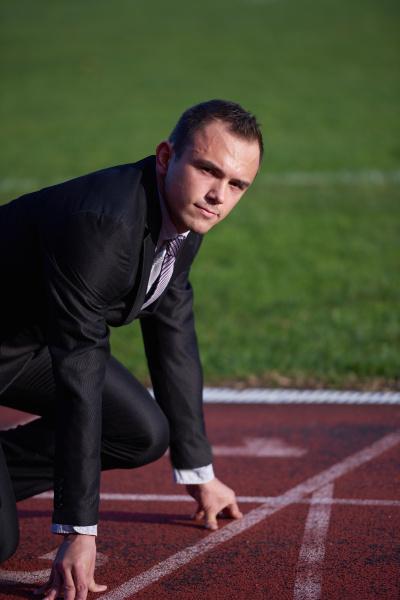 geschaeftsmann betriebsbereit zu sprinten