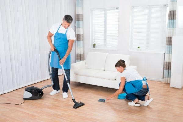 zwei cleaners reinigung buero