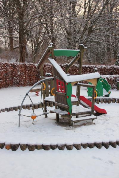 Öffentlicher, kinderspielplatz, im, winter, mit, schnee - 15717878