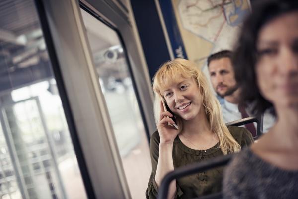 eine blonde frau in einem stadtbus