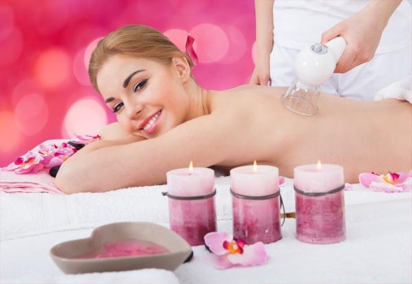glueckliche frau empfangen schroepfen massage im