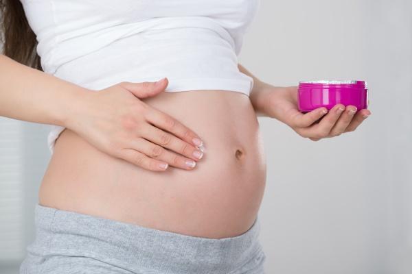 schwangere frau die sahne auf ihrem