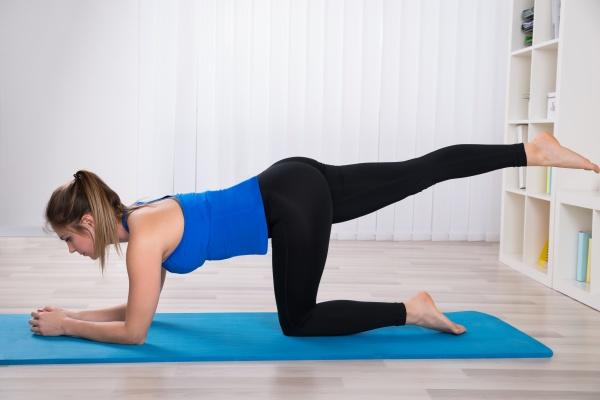 weiblich doing workout auf uebungsmatte